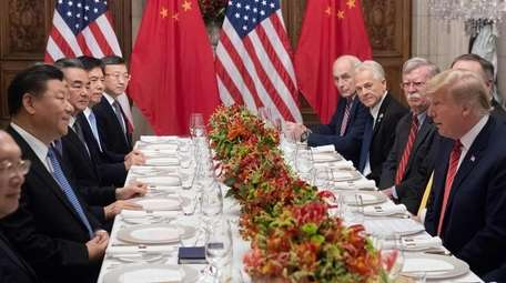 President Donald Trump (R) and China's President Xi
