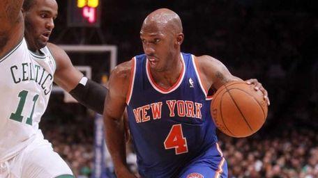 Knicks guard Chauncey Billups drives against Boston's Glen