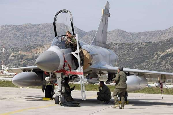 Qatar and French Air Force ground crew prepare