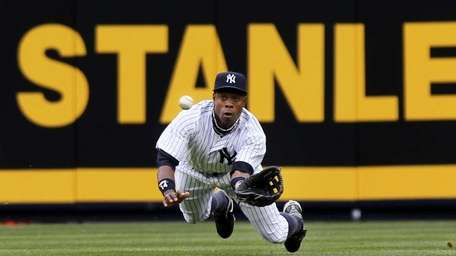 Yankees centerfielder Curtis Granderson makes a diving catch