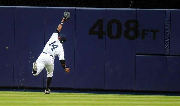 Yankees center fielder Curtis Granderson makes a running