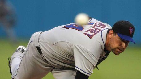 New York Mets' Mike Pelfrey (34) throws in