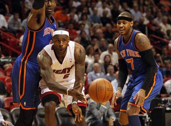 LeBron James passes the ball as the Knicks'