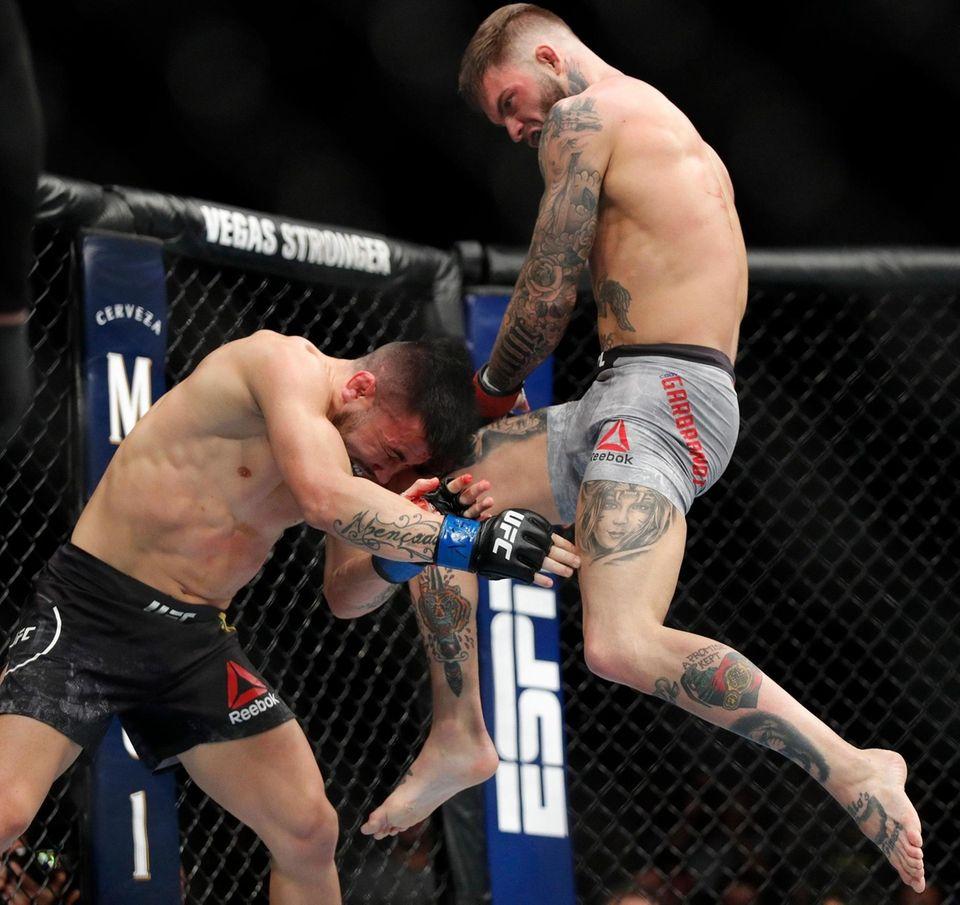 Cody Garbrandt lands a knee to Pedro Munhoz