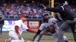New York Mets' Jose Reyes, middle looks at