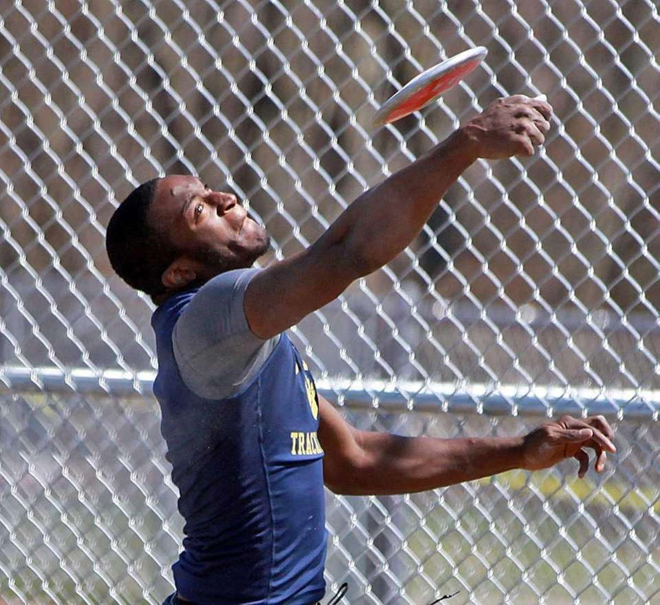 Baldwin's Ieshawn Johnson throws the discus during the