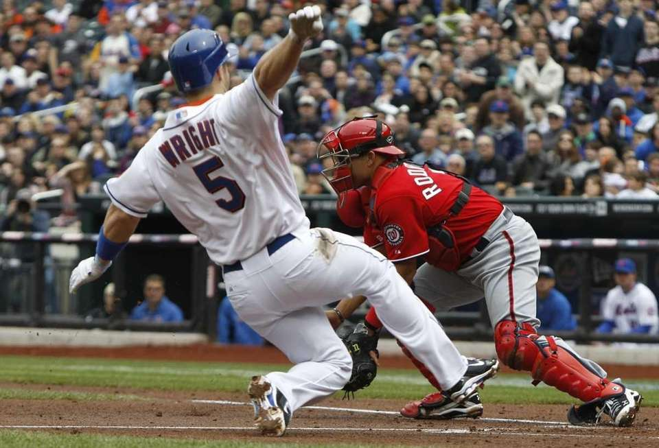 New York Mets' David Wright (5) scores on