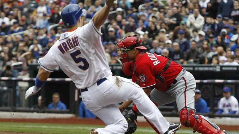 New York Mets' David Wright (5) scores on