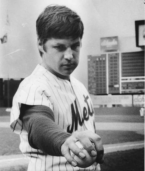 Mets pitcher Tom Seaver shows how to throw