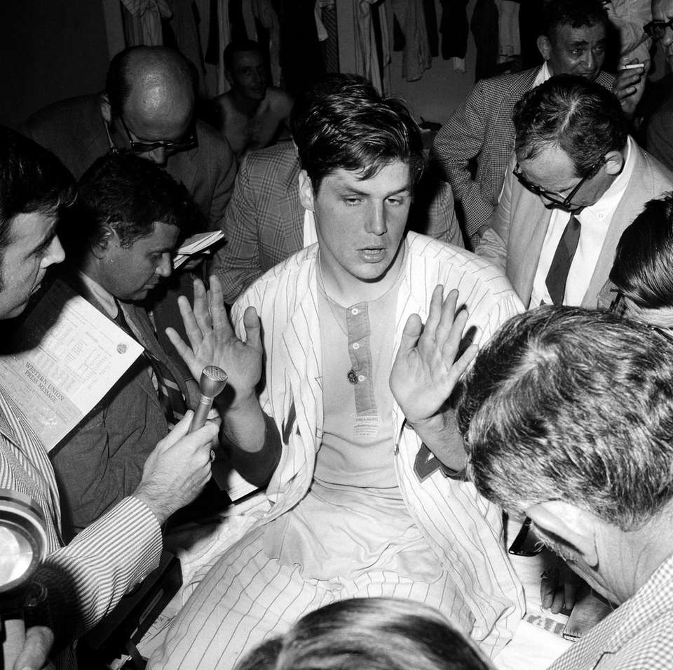 New York Mets pitcher Tom Seaver talks to