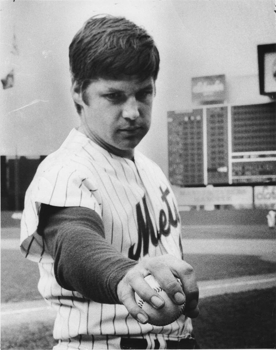 Tom Seaver, Mets pitcher shows how to throw