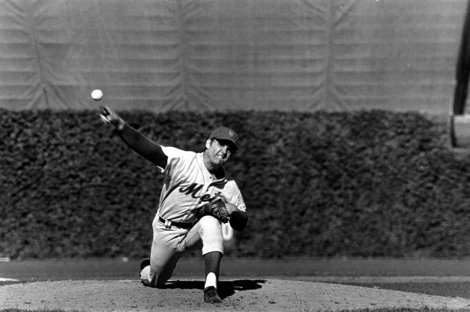 New York Mets pitcher Tom Seaver pitches against