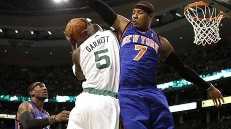 New York Knicks' Carmelo Anthony (7) closely guards