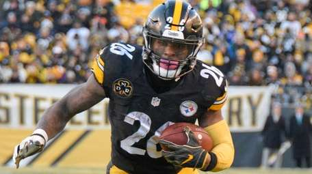 Pittsburgh Steelers running back Le'Veon Bell heads for
