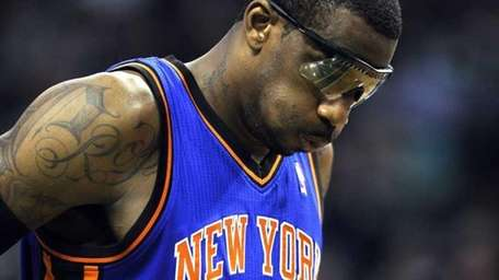 Amar'e Stoudemire struggling with his back against the