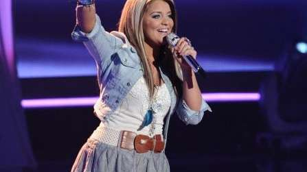 Shades of blue matched up in Lauren Alaina's