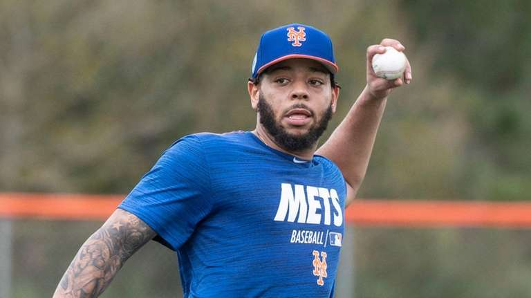 Mets' Dominic Smith throws during a spring training