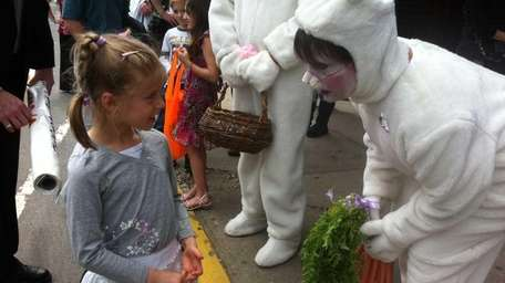 Easter bunny Barbara Ransome chooses Fallon Frankenberger, 5,
