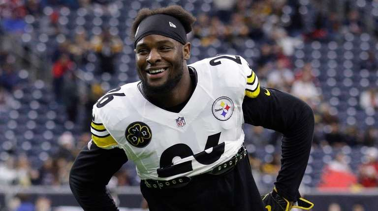 Then-Steelers running back Le'Veon Bell warms up before