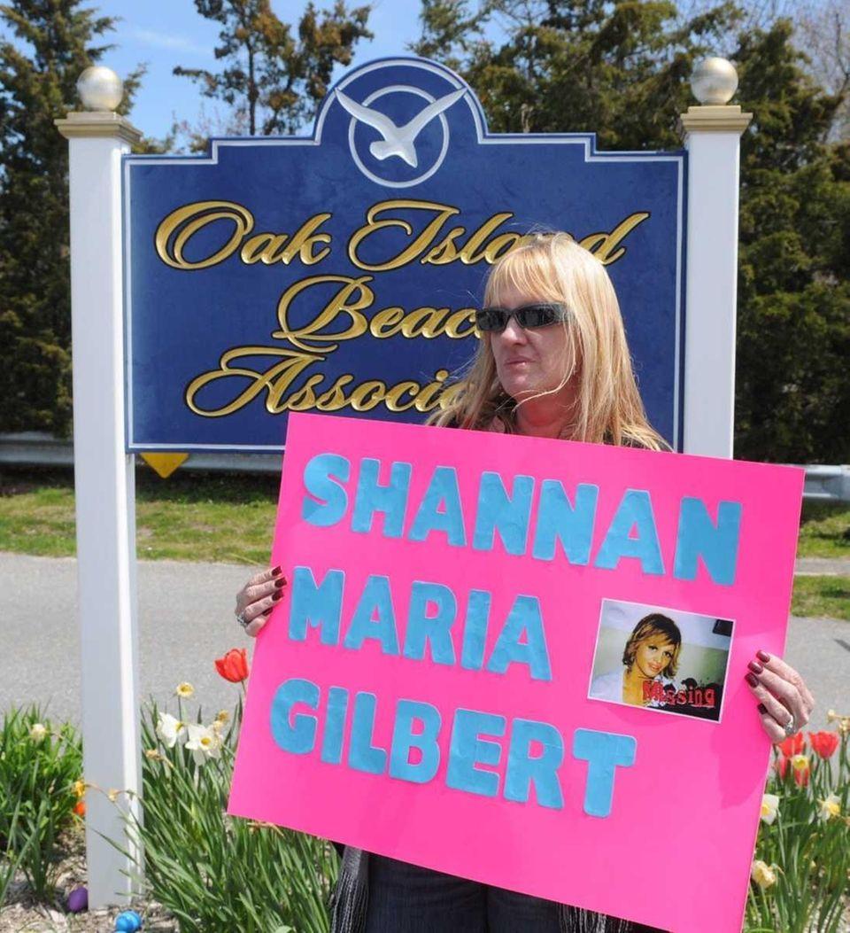 Mari Gilbert, Shannan Gilbert's mother, at entrance to