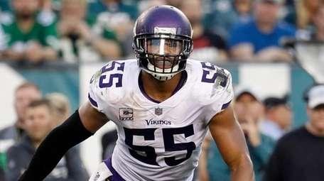 Vikings linebacker Anthony Barr chases the action against