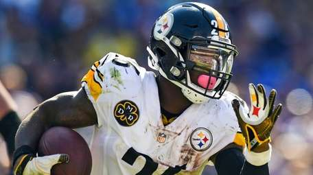 Then-Steelers running back Le'Veon Bell  carries the