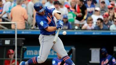 Mets Pete Alonso singles during the first inning