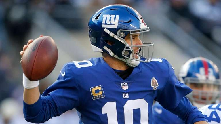 Eli Manning #10 of the Giants throws a