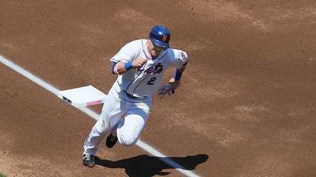 The Mets' Justin Turner rounds third base to