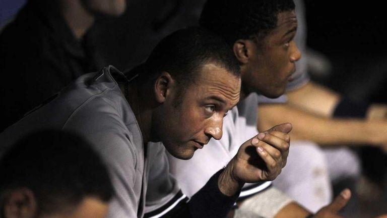 Yankees shorstop Derek Jeter looks up from the