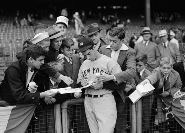 Determined fans of New York Yankees' Joe DiMaggio