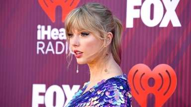 Taylor Swift attends the 2019 iHeartRadio Music Awards