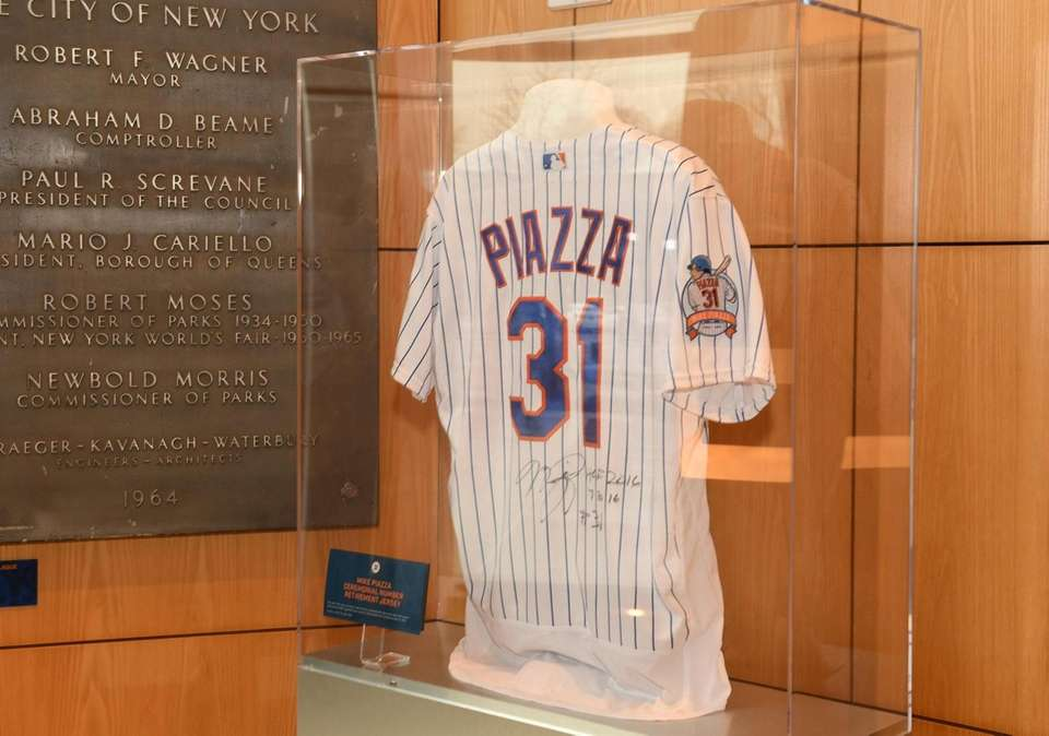 A Mets Mike Piazza jersey on display at