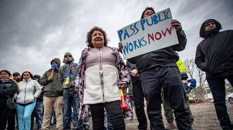 Unionized construction workers and their supporters rally Thursday