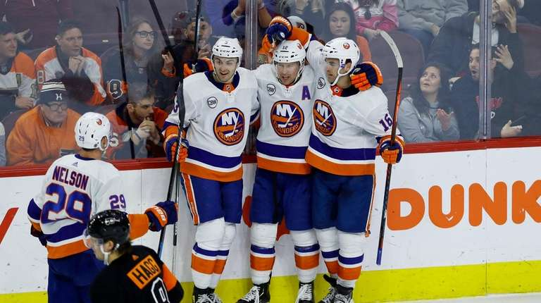 80eec01d608 Josh Bailey breaks scoring drought and Islanders beat Flyers | Newsday