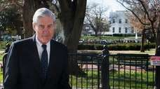Special counsel Robert Mueller passes the White House