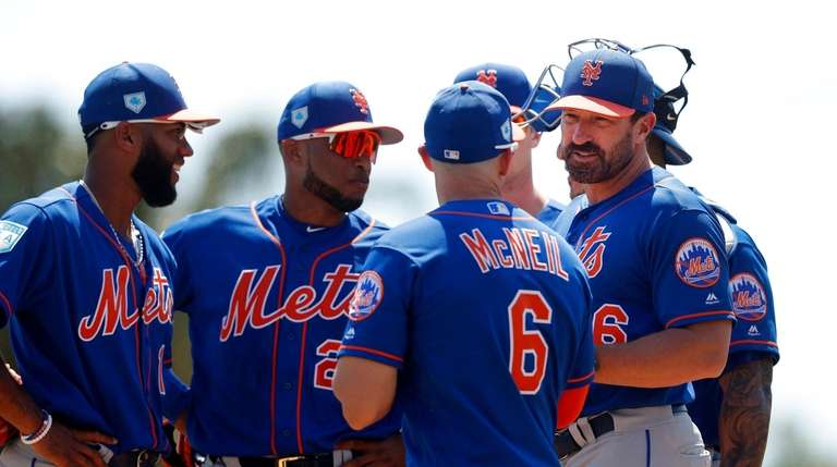 Mets manager Mickey Callaway, right, talks with his