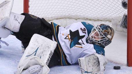 San Jose Sharks goaltender Antti Niemi makes a