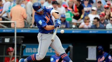 Mets first baseman Pete Alonso singles during the