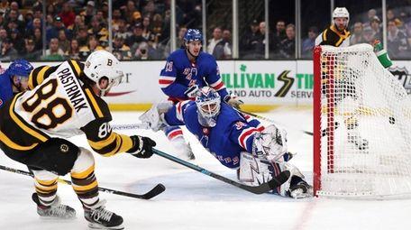 Boston Bruins right wing David Pastrnak (88) beats