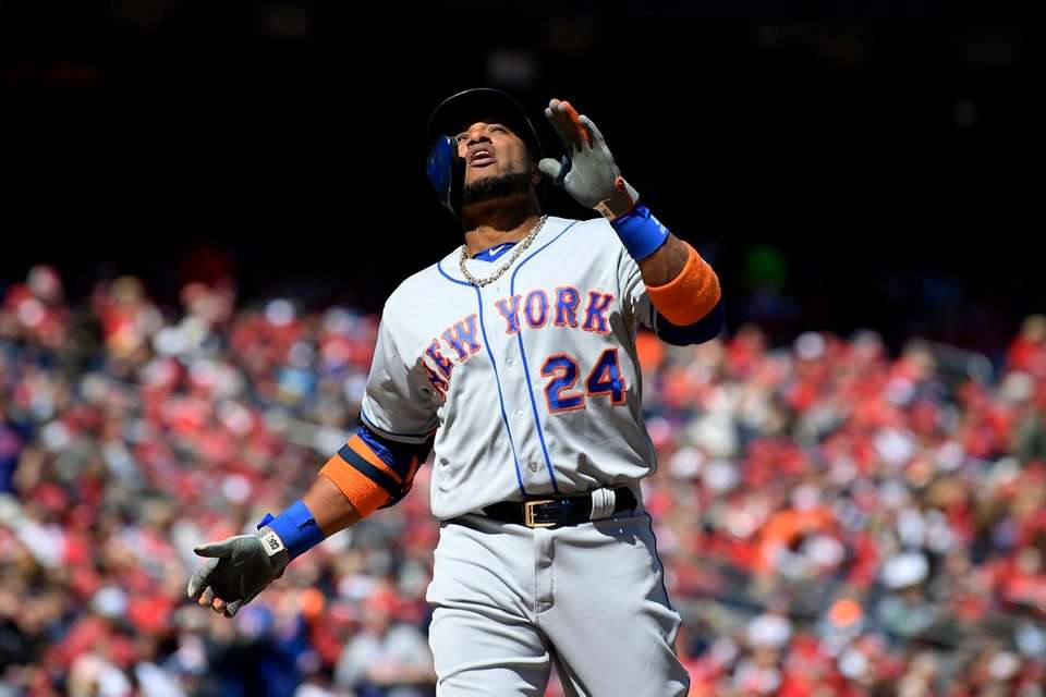 New York Mets' Robinson Cano celebrates his home
