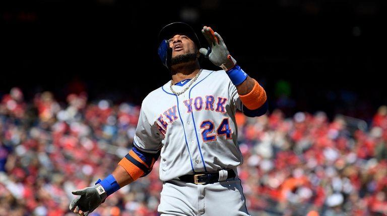 New York Mets' Robinson Cano celebrates his home