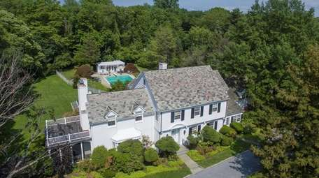Crooner Perry Como's former Sands Point home is
