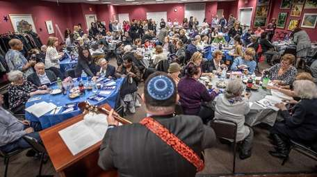 Cantor Ofer Steve Barnoy perforrms at the pre-seder
