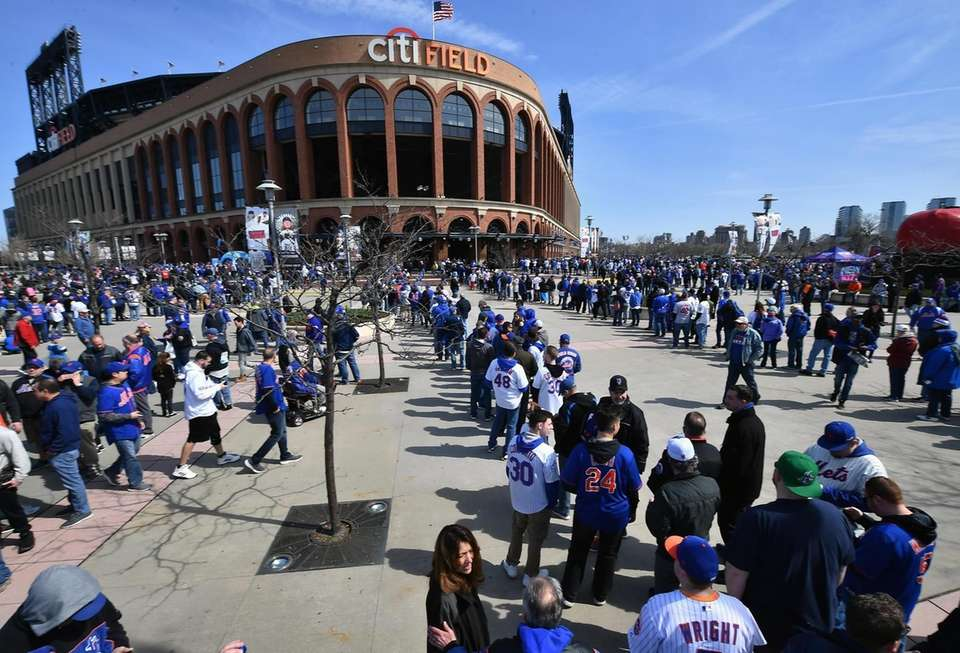 New York Mets fans wait to enter CITI