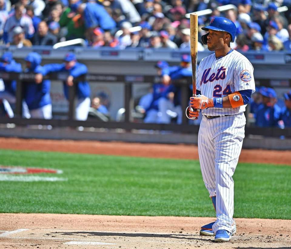 Mets second baseman Robinson Cano (24) gets ready