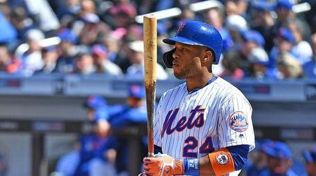 Mets second baseman Robinson Cano (24) gets ready