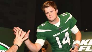 New York Jets quarterback Sam Darnold slaps five