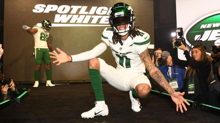 Jets wide receiver Robby Anderson shows off