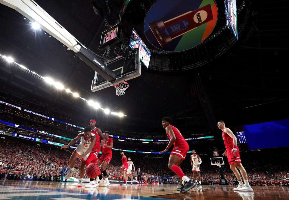 MINNEAPOLIS, MINNESOTA - APRIL 08: De'Andre Hunter #12